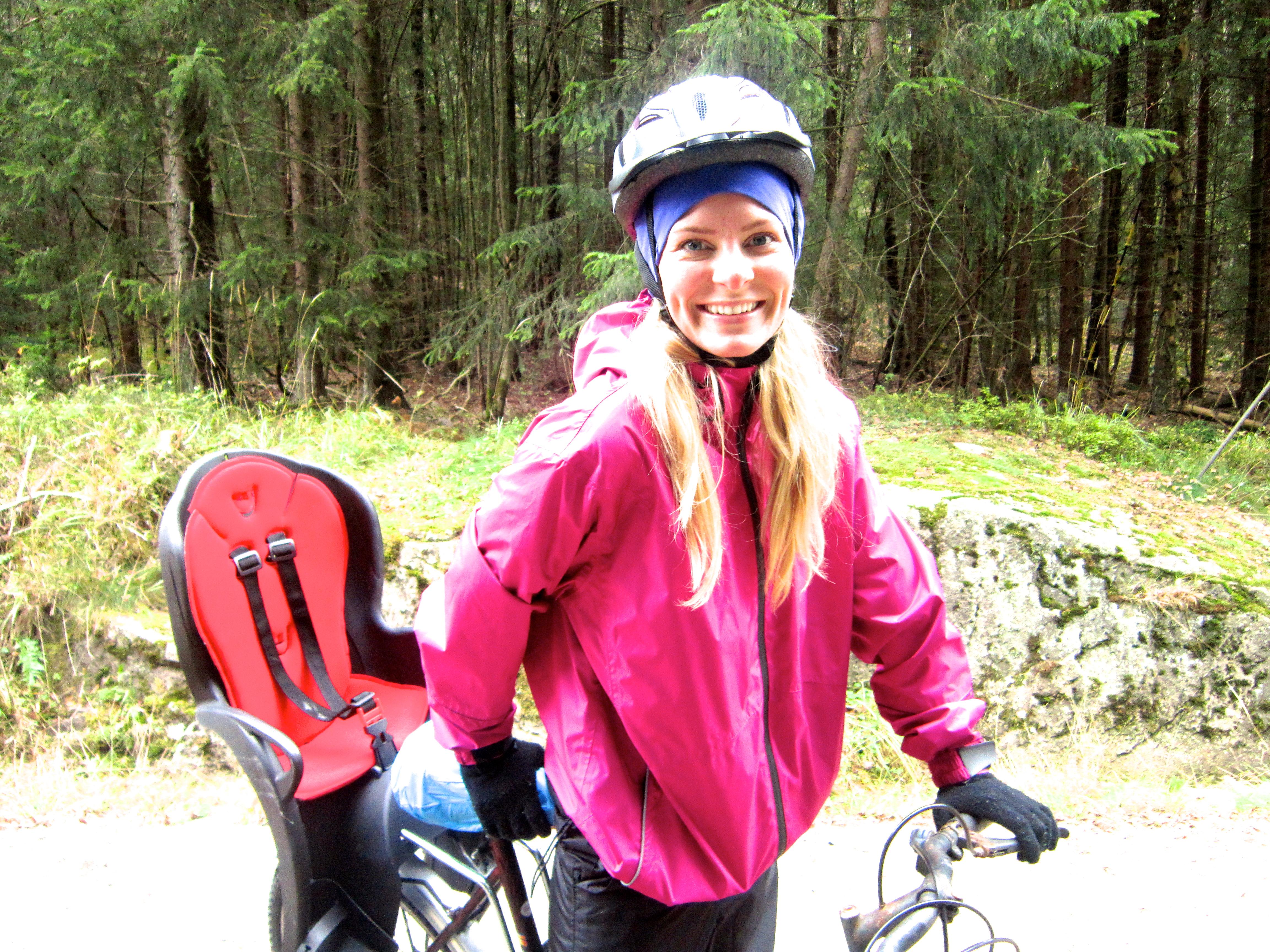 158884dd ... ble sykkelvognen (som nå har fått nytt feste) festet til søsters litt  mer moderne sykkel. Hun kan til og med gire, så jeg tror vi hadde det ca.  like ...